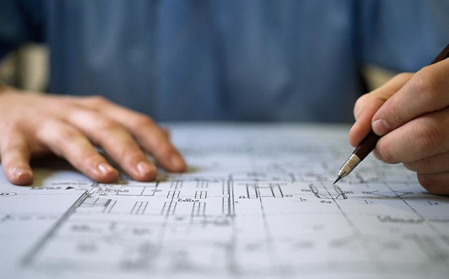 architekt rysuje projekt budynku