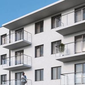 duży biały blok mieszkalny